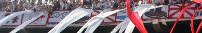 banderas de palo colgadas